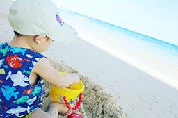 ビーチで砂遊び